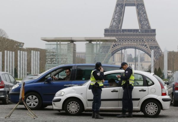 Polluted Paris forces half cars off road