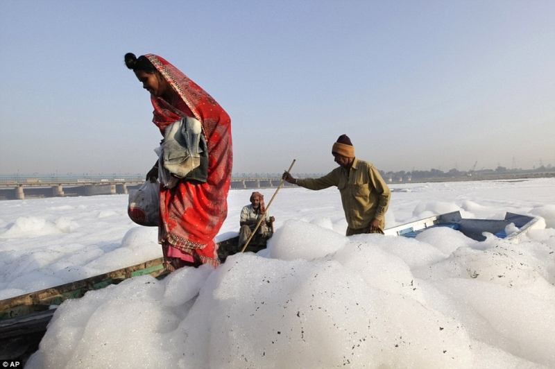Foam In Yamuna River 4